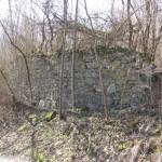 fragmenty muru cmentarnego