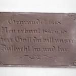 Tablica nad wejściem do kościoła.